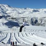 Adulto também brinca: diversão na neve no parque Farellones